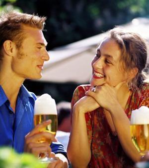 Flirten und Körpersprache bei Männern - Woran erkennen Sie ob ein Mann in Sie verliebt ist?